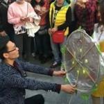 Foto pria melamar kekasihnya dengan karangan bunga (Shanghaiist.com)