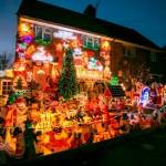 Hiasan natal di depan rumah Michael Farner belum sepenuhnya dinyalakan (Brighton Pictures)