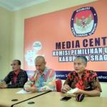 Ketua KPU Jateng Joko Purnomo (kanan) menjelaskan kronologi penundaan pelantikan Budi Maryono (kiri) sebagai komisioner KPU Sragen di Kantor KPU Sragen, Selasa (8/11/2016). (Tri Rahayu/JIBI/Solopos)