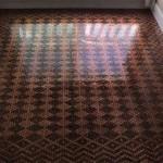 Lantai rumah karya Tonya Tooners yang dihias dengan uang receh (Boredpanda.com)