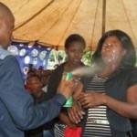 Lethebo Rabalago menyemprotkan antiserangga (Daily Mail)