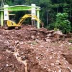 Operator mengoperasikan eskavator untuk memindahkan material tanah longsor yang menutupi akses Desa Wisata Sepakung, Banyubiru, Kabupaten Semarang, Jateng, Rabu (16/11/2016). (JIBI/Solopos/Antara/Aditya Pradana Putra)