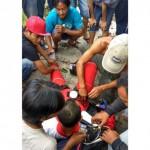Warga dan tim medis memberi pertolongan pertama kepada Tono, penerjun yang mendarat di kebun Kampung Tlebengan, Sragen Tengah, Sragen, Selasa (15/11/2016). (JIBI/Solopos/Istimewa/Supriyadi)