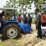 Anggota komisi IV DPR Firman Subagyo mencoba mengoperasikan traktor roda empat dalam acara penyerahan bantuan kepada petani di Kelurahan Grobogan, Kecamatan Grobogan, Kabupaten Grobogan, Jateng, Selasa (8/11/2016). (Grobogan.go.id)
