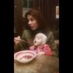Perempuan ini tak suapi bayi yang dipangkunya (Facebook)