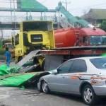 KECELAKAAN SEMARANG : Merosot dari Truk, Pelat Besi Timpa Sedan di Kaligawe