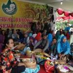 Ratusan orang makan bersama dalam Festival Budaya Kembul Sewu Dulur yang kembali digelar di Bendung Kahyangan, Desa Pendoworejo, Kecamatan Girimulyo, Kulonprogo, Rabu (30/11/2016). (Harian Jogja/Rima Sekarani I.N.)