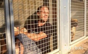 Remi Gaillard mengurung diri di kandang anjing (Odditycentral.com)