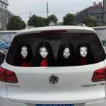 Stiker menyeramkan di kaca belakang mobil (Odditycentral)