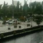 Sejumlah kendaraan melaju perlahan melintasi genangan air di kawasan Simpang Lima, tepatnya Jl. Pahlawan, Kota Semarang, Selasa (15/11/2016) sore. (JIBI/Semarangpos.com/Istimewa-BPBD Jateng)