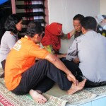 Kapolsek Candisari, Iptu Dhayita Daneswari (kiri belakang) bersama warga berusaha menenangkan ayah David Nugroho, Selasa (8/11/2016). (Imam Yuda Saputra/JIBI/Semarangpos.com)
