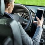 Ilustrasi memakai ponsel saat mengemudi. (Istimewa)