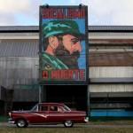 Lukisan Fidel Castro terpampang di sebuah pabrik di Havana, Kuba, Sabtu (26/11/2016). (JIBI/Solopos/Reuters/Enrique De La Osa)