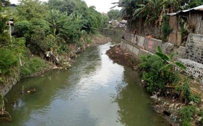 Petugas Balai Besar Wilayah Sungai Bengawan Solo (BBWSBS) memperbaiki talut ambrol di Jembatan Jongke, Sondakan, Laweyan, Rabu (23/11/2016). (JIBI/Solopos/Muhammad Ismail)