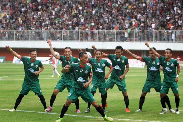 Pemain depan PSS Sleman, Tri Handaka Putro (kanan) berselebrasi bersama rekan satu timnya setelah berhasil mencetak gol ke dua ke gawang Persinga Ngawi yang dikawal, Moch. Pujiantoro dalam ajang Indonesia Soccer Championship (ISC) B di Stadion Maguwoharjo, Sleman, DI. Yogyakarta, Minggu (07/08/2016). Dalam pertandingan itu PSS berhasil meraih kemenangan dengan menekuk lutut Persinga Ngawi dengan angka kemenangan 3-0.