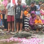 #RIPIntan : Anak-Anak Hanyutkan Perahu Doa untuk Olivia di Kali Boyong
