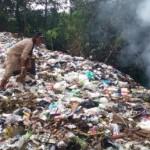 Pemulung mengambil barang plastik dan barang bekas di tumpukan sampah liar dekat Sungai Bendungan, Desa Joho, Kecamatan Mojolaban, Sukoharjo, Sabtu (19/11/2016). (Trianto Hery Suryono/JIBI/Solopos)