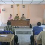 Camat Nguntoronadi, Sriyono (tengah, menghadap lensa), memberi pemahaman kepada enam calon Kades Wonoharjo di kantor desa tersebut, pekan lalu. (Rudi Hartono/JIBI/Solopos)
