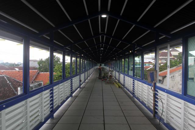 Pekerja menyelesaikan pembangunan Skybridge di Jl. Dr. Setiabudi, Gilingan, Solo, Rabu (9/11/2016). (Nicolous Irawan/JIBI/Solopos)