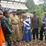 Kepala Pelaksana BPBD Karanganyar, Nugroho (kanan, pakai topi), memberikan pengarahan kepada warga yang tinggal di dekat retakan tanah di Seloromo, Jenawi, Selasa (15/11/2016). (JIBI/Solopos/Dokumentasi BPBD Karanganyar)