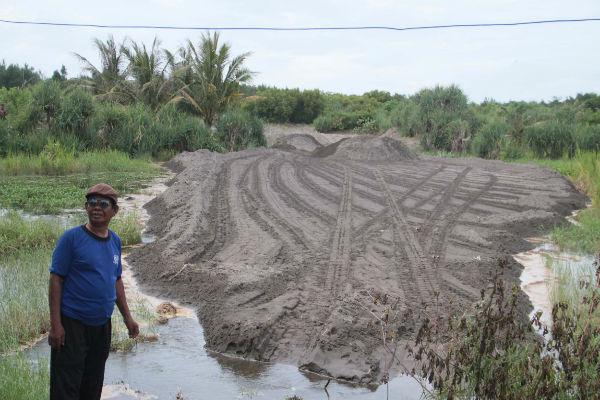 Lokasi lahan gumuk pasir seluas 1.500 meter persegi masih terus diratakan oleh 1 unit buldozer milik Pemkab Bantul. (Arief Junianto/JIBI/Harian Jogja)