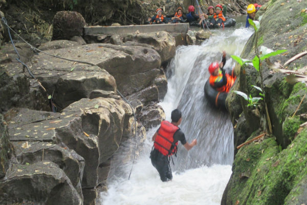 ejumlah wisatawan menikmati wisata susur sungai dengan menggunakan ban dan pelampung, di objek wisata Karst Tubing, Dusun Surobayan, Desa Argomulyo, Kecamatan Sedayu, Bantul. Senin (26/12/2016). (Irwan A. Syambudi/JIBI/Harian Jogja)