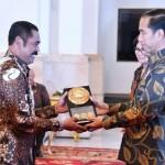 Presiden Joko Widodo menyerahkan plakat penghargaan Anugerah Dana Rakca 2016 kepada Wali Kota Solo F.X. Hadi Rudyatmo di Istana Negara, Rabu (7/12/2016). (Istimewa)
