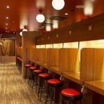 Bilik-bilik makan didesain khusus agar pelanggan benar-benar makan sendirian (Ichiran Ramen)