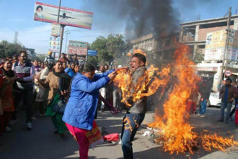 Guru tidak sengaja terbakar saat melakukan demonstrasi (Barcroft Media)
