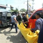Polisi dibantu anggota Linmas dan warga mengevakualis jenazah Sugiyarti, 40, yang tewas gantung diri di kompleks ruko Jl. Lumban Tobing, Setabelan, Banjarsari, Solo, Sabtu (24/12/2016) siang. (Nicolous Irawan/JIBI/Solopos)