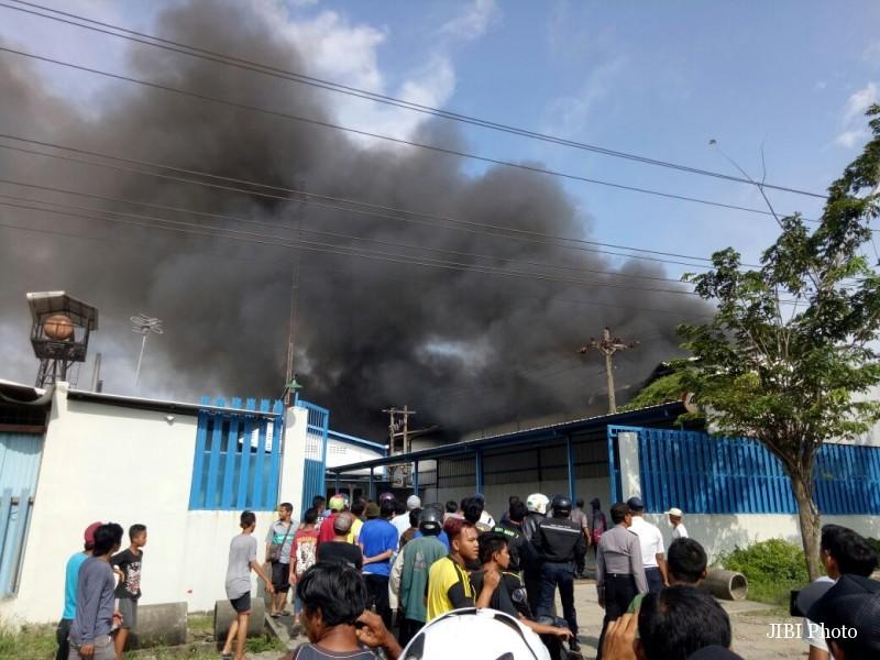 Warga sekitar tampak berkerumun mengamati asap membumbung tinggi berasal dari pabrik milik PT. Pan Brothers. (Moh. Khodiq Duhri/JIBI/Solopos)