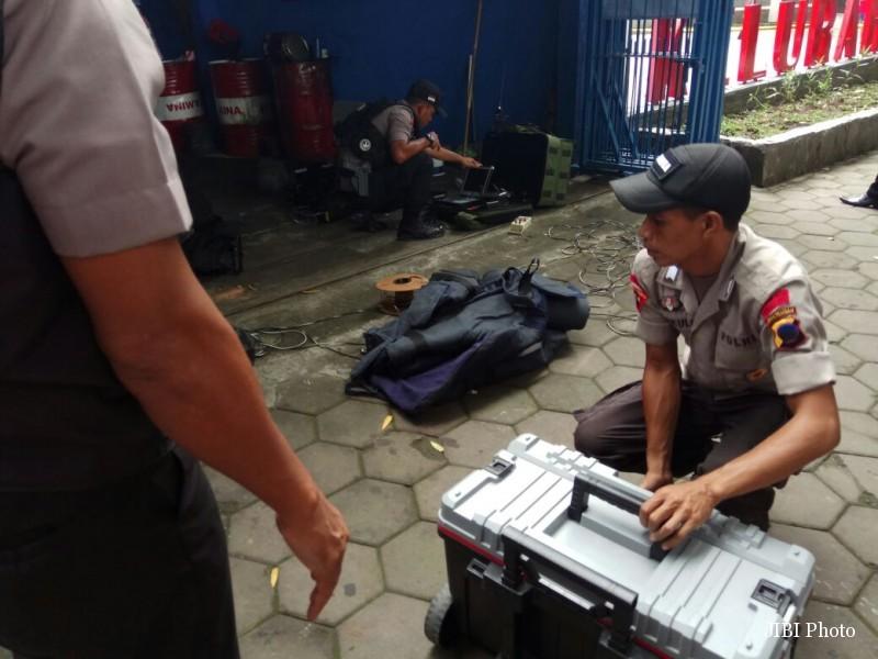 Petugas Gegana merapikan peralatan setelah menangani tas yang dicurigai bom di Boyolali, Rabu (28/12/2016). (Syifaul Arifin/JIBI/Solopos)
