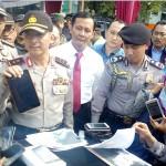 Kapolda Jateng, Irjen Pol. Condro Kirono (tengah) menunjukkan barang bukti Fonepad ASUS hasil pencurian saat kejadian sweeping di Social Kitchen, Kamis (22/12/2016). (Muhammad Ismail/JIBI/Solopos)