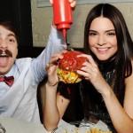 Kirby makan burger bersama Kendall (Instagram)