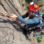 Lai Chi Wai saat memanjat tebing Lion Rock (Odditycentral.com)