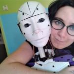Lily bersama robot tunangannya InMoovator (Twitter)