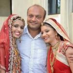 Mahesh Savani (tengah), pria baik hati yang membiayai pernikahan 700 gadis yatim piatu (Odditycentral.com)