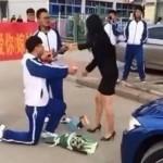 Murid SMA Lamar gurunya di pinggir jalan (Shanghaiist.com)
