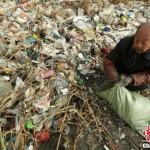 Pekerja membersihkan sampah yang mencemari sumber air minum (shanghaiWeibo)