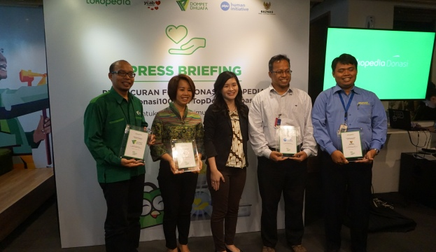 (Kiri-Kanan) GM Resource Mobilization Dompet Dhuafa Urip Budiarto, Chief Development and Communication Officer YCAB Moni Rejeki, Vice President Tokopedia Melissa Siska Juminto, Partnership Director PKPU Andjar Radite, Kepala Bagian Ritel dan Unit Pengumpul Zakat Budi Setiawan dalam Press Briefing Peluncuran Fitur Donasi Tokopedia TopDonasi di Jakarta, Rabu (21/12/2016). (Istimewa/Tokopedia)