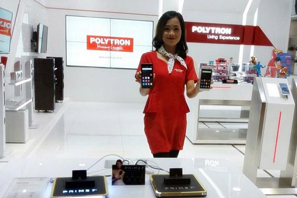 Model menunjukkan salah satu smartphone unggulan yang diproduksi oleh Polytron, belum lama ini. (Foto Istimewa/dokumen)
