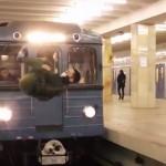 VIDEO UNIK : Jangan Ditiru! Orang In Salto Sesaat Sebelum Kereta Lewat