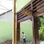 Seorang warga melihat puing-puing reruntuhan dua ruang kelas SD Negeri 02 Tugurejo yang dirobohkan karena rusak akibat bencana tanah gerak, Senin (26/12/2016). (Abdul Jalil/JIBI/Madiunpos.com)