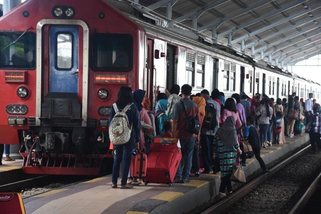 Penumpang hendak naik kereta api di Stasiun Solo Balapan, Kamis (22/11/2016) siang. Kepadatan penumpang di Stasiun Solo Balapan melonjak saat liburan. (Shoqib Angriawan/JIBI/Solopos)