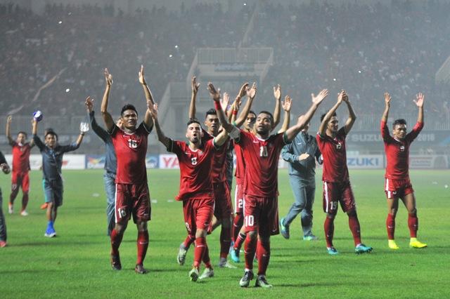 Pesepak bola Timnas Indonesia meluapkan kegembiraan setelah mengalahkan Thailand pada final I AFF Suzuki Cup 2016 di Stadion Pakansari, Bogor, Rabu (14/12/2016). (JIBI/Solopos/Antara/Wahyu Putro A)