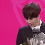 Lee Kwang Soo tak kuasa menahan air mata saat menyampaikan sambutan kemenangan, Minggu (25/12/2016). (Istimewa/Youtube/SBS Entertainment)