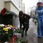 Warga memberikan karangan bunga untuk korban kecelakaan pesawat di Rusia (Reuters).jpg