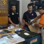 Anggota Satreskrim Polresta Solo menunjukkan barang bukti milik terduga teroris yang ditangkap Densus 88 Antiteror Mabes Polri di Banyuanyar, Banjarsari, Jumat (16/12/2016). (Muhammad Ismail/JIBI/Solopos)
