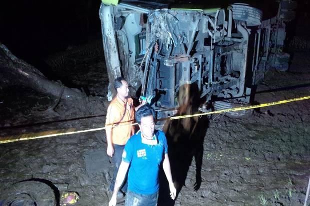 Kondisi bus Handoyo yang terguling di areal persawahan tepi jalan raya Purbalingga-Pemalang, Kecamatan Belik, Pemalang, Jateng, Sabtu (17/12/2016) tengah malam. (Okezone)