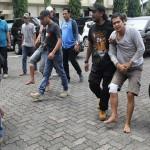 Tersangka pencurian 500 unit sepeda motor, Slamet Hariyadi alias Betet, tengah dibawa salah seorang aparat Polrestabes Semarang di Mapolrestabes Semarang, beberapa waktu lalu. (restabes-smg.jateng.polri.go.id)